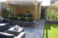Moderne achtertuin met zit en eethoek.