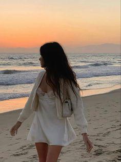Beach Aesthetic, Summer Aesthetic, Aesthetic Clothes, Aesthetic Outfit, Aesthetic Vintage, Aesthetic Girl, Poses Photo, Beach Poses, Instagram Pose
