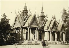 Pavillon du Cambodge (exposition coloniale de 1931, Paris) Human Zoo, France Eiffel Tower, Photos Originales, French Colonial, Old Paris, Indochine, Expositions, Angkor Wat, Image Photography