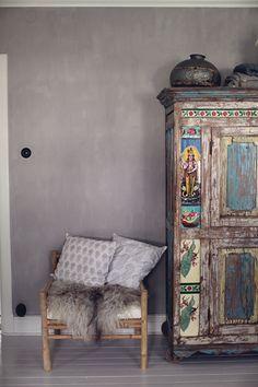 Att ha en sådan söndag, greyish wall painted , pillows, closet wooden,