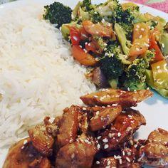 Il pollo con salsa teriyaki con riso e verdure miste è un buonissimo piatto unico, sano e semplice da fare che vi sazierà bene senza appesantirvi