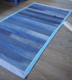 Farkkumatto: Tarja's Snowland: DIY Farkkumatto / DIY denim rug Farkkumatto: Tarja's Snowland: DIY Farkkumatto / DIY denim rug Diy Old Jeans, Recycle Jeans, Diy Carpet, Rugs On Carpet, Denim Quilt Patterns, Blue Jean Quilts, Denim Scraps, Denim Rug, Jean Crafts