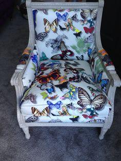 Vrolijk vlinder stoeltje. Herstoffering door Van der Drift Interiors te Voorburg. Dit stoeltje is te koop bij Mi Casa te Oegstgeest!