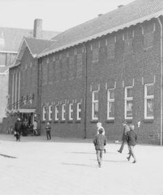 De jeugd in Zevenbergen trekt op zondagmiddag naar de Jeugdinstuif in de St. Jan. 1968