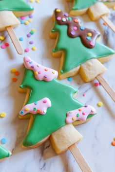 christmas tree snow Christmas Tree Cookie Pops - Bake at 350 Frosted Christmas Tree, How To Make Christmas Tree, Christmas Tree Cookies, Christmas Tea, Iced Cookies, Cute Cookies, Royal Icing Cookies, Holiday Cookies, Christmas Baking