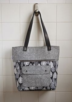 While browsing a fellow Canadian's sewing blog recently, I discovered the Caravan tote pattern by Noodlehead . I have thought about designin...
