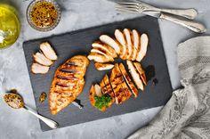 Csirkét pácolnál, de nem tudod, hogyan? Itt van négy egyszerű pác, egyikkel sem fogsz befürődni. Abban is segítünk, melyikben mennyi ideig érdemes bennehagyni a húst, hogy finom íze legyen.  A csirkehúst, különösen a mellet jó bepácolni sütés vagy grillezés előtt: kevésbé…
