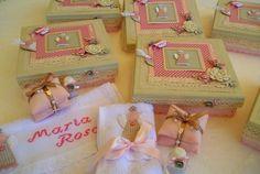 Linda caixa em madeira, pintada por dentro e por fora, decorada em scrapbook nas cores desejadas.  Estas foram pintadas e decoradas em fendi (cor neutra entre o bege e o cinza) com rosa, esta combinação de cores fica charmosa, delicada e muito chique.  Contém: uma toalha de mão bordada, um sachê ...