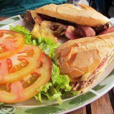 Bocadillo de  carne en Rio de Janeiro.  Se escoge el pan que te guste más, acompañado de tocino (bacón)  queso cheedar. De guarnición ensalada con jitomate  http://www.onfan.com/es/especialidades/rio-de-janeiro/bebe-restaurante/bocadillo-de-carne?utm_source=pinterest&utm_medium=web&utm_campaign=referal