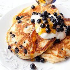 PANCAKES JOGURT NAT. Puszyste placki jogurtowe z jagodami 250 g jogurtu naturalnego 2 jajka 1 opakowanie cukru wanilinowego 170 g mąki 2 łyżeczki proszku do pieczenia 120 g jagód (ok. 1 szklanki) Wymieszać jogurt z jajkami i cukrem za pomocą rózgi, widelcem lub mikserem na wolnych obrotach. Dodać mąkę z proszkiem do pieczenia (najlepiej bezpośrednio przez sitko) i wymieszać lub delikatnie zmiksować tylko do połączenia się składników na gładką i jednolitą masę. Dodać jagody i delIkatnie wymi Veggie Recipes, Cake Recipes, Dessert Recipes, Healthy Recipes, Desserts, Breakfast Dessert, Breakfast Time, Breakfast Recipes, Eat Happy