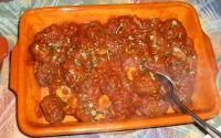 Spaanse gehaktballetjes in tomatensaus  /  - 1 kg lamsgehakt  - 250 gram ontvelde tomaten (blik of pak)  - 1 kippenbouillonblokje opgelost in ½ liter water  - 1 groene paprika  - 1 grote ui  - 2 teentjes knoflook  - 1 eetlepel tomatenpuree  - 3 eieren  - 75 gram paneermeel  - 75 gram bloem  - 4 eetlepels sherry  - ½ glas rode wijn  - 4 eetlepels olijfolie  - 2 takjes peterselie (vers)  - gehaktkruiden  - zout  - versgemalen (zwarte) peper