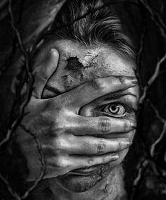 Scary Hole by MademoiselleKati. Zombie playing peek a boo. Creepy Photography, Dark Art Photography, Black And White Photography, Portrait Photography, Arte Horror, Horror Art, Arte Cholo, Look Wallpaper, Foto Portrait