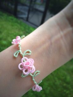 Photo Crochet Shoes, Knit Or Crochet, Irish Crochet, Crochet Crafts, Yarn Crafts, Bracelet Tatting, Tatting Jewelry, Crochet Bracelet, Needle Tatting