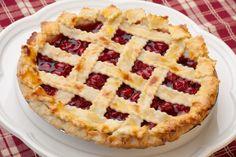 Кроме черешни, в пирог можно добавить любые ягоды или фрукты