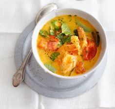 Kokossuppe - Kurkumagelb, garnelenrosa, tomatenrot - hübsch bunt geht es zu in der Kokosmilch.