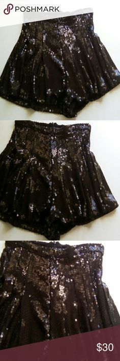 """TOPSHOP SEQUIN PLEATED SHORTS SZ 2 GORGEOUS SEQUIN SHORTS THREE PLEATS ON BOTH SIDES ZIP UP BACK NEVER USED SIZE 2 EXCELLENT CONDITION WAIST 26"""" HIPS 34"""" LENGTH 13"""" Topshop Shorts"""