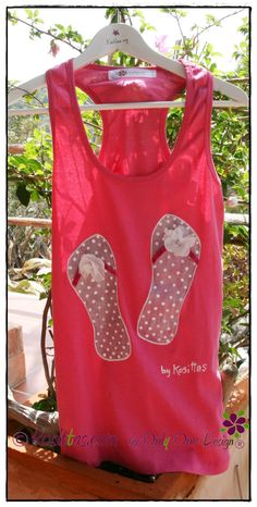 Camiseta chanclas lunares, tiras de terciopelo y flor de tela. Pintada a mano. Kosittas.com