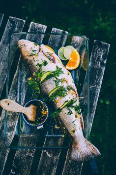 Kesällä kokonainen kala valmistuu helposti grillissä. Viimeiset kesäpäivät Suomenlinnassa olivat käsillä, kun appelsiinilla, limeviipaleilla ja tillillä täytetty nieriä nostettiin grilliin. Nieriä sai seurakseen kesäisen ja raikkaan fenkoli-retiisi-perunasalaatin.Tässä täsmävinkkini kokonaisen kalan grillaamiseen! 1. Valmistelut Kokonainen kala on onneksi suhteellisen helppo ja nopea valmistella grillausta varten. Ensimmäiseksi kannattaa kuitenkin sopia selkeästä tehtävänjaosta. Miehet…