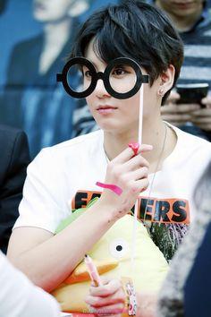 Omg jungkook you are so adorable Maknae Of Bts, Kookie Bts, Bts Bangtan Boy, Bts Jungkook, Bts Boys, Jung Kook, Jung Hyun, Foto Bts, K Pop