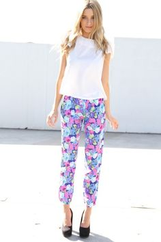floral pants for a lovely garden party Pretty Outfits, Cool Outfits, Casual Outfits, Fashionable Outfits, Floral Fashion, Love Fashion, Sabo Skirt, Estilo Fashion, Floral Pants