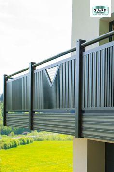 Harmonisch, Ländlich, Traditionell!  Das Balkongeländer Kitzbühel aus Aluminium bietet eine Unendlichkeit an Variationen. Nahezu jede Ecke, Kante oder Rundung ist machbar. #harmonisch #ländlich #traditionell #balkongeländer #balkonidee #balkonanthrazit #balkonvariation #balkonaluminium Balcony Grill Design, Balcony Railing Design, Tor Design, Gate Design, Kante, Aluminium, Modern, Infinity, Traditional