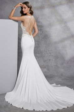 85c8d92581 Lágy esésű, a test vonalát lazán követő sellő fazonú menyasszonyi ruha  különleges V-nyakkivágással, illúzió részletekkel. Az esküvői ruha pántos  hátmegoldás ...