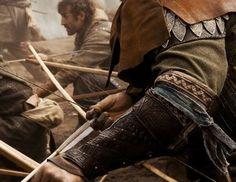 Hvem ridder så sent i nat og blæst? Det er et barn hos sin fader til hest; han trykker drengen fast i sin arm, han favner ham tæt, han holder ham varm.  -----  Hvad skygger du dreng, så sky for dit syn? Se! Ellekongen far! i skovens bryn! Ellekongen med krone og svæv! Min dreng, det er kun tågens væv.