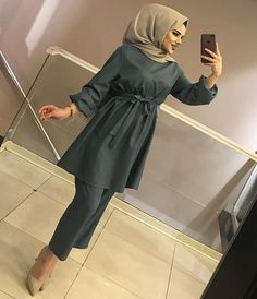 <img> Image may contain: 1 person, standing, phone, glasses and indoor - Street Hijab Fashion, Muslim Fashion, Modest Fashion, Fashion Dresses, Turban Hut, Baby Turban, Stylish Hijab, Hijab Chic, Hijab Dress