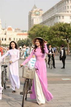 Hoa hau My Linh noi bat voi ao dai tim va non la tren pho Nguyen Hue hinh anh 2