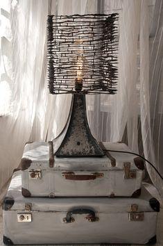 Lámpara de pie, o de mesa - si lo prefiere :) hecha por chapa de hierro. DISEÑO ÚNICO! -COMPLETAMENTE hecha a mano. -Escultura de metal