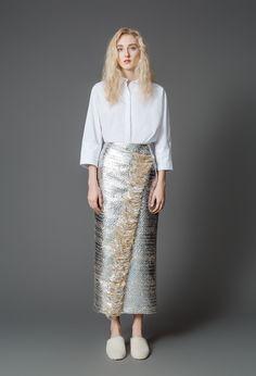 Samuji Fall 2017 Ready-to-Wear Fashion Show Collection: See the complete Samuji Fall 2017 Ready-to-Wear collection. Look 1 Fashion Week 2016, Fashion 2017, Fashion News, High Fashion, Metal Fashion, Classic Fashion, Vestidos Vintage, Vintage Dresses, Skirt Fashion