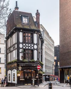 The Coach and Horses pub in London's Mayfair is one of the prettiest pubs in the city. #london #pub #mayfair #architecture #history