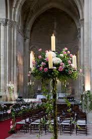 Las iglesias medievales son fabulosas para combinacioes de candelabros y flores, hiedras y musgo http://ideasparatuboda.wix.com/planeatuboda #wedding#boda#iglesia#church