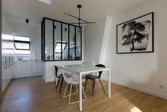 Dans le coin repas de la salle à manger, side chairs Replica de Norman Cherner, en noyer et chaises Diamond en fil métallique d'Harry Bertoïa rééditées chez Knoll. Table, modèle Tense chez MDF Italia. Au mur, tableau représentant un arbre, signé Fabien Rocca.
