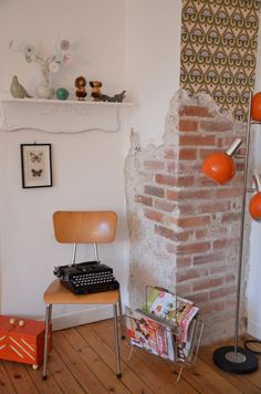 Touch of orange! :) Diesmal: Mitglied living at moltke Cozy Living Rooms, Living Spaces, Cozy Reading Corners, Eye For Detail, Perfect Place, Bookcase, Shelf, Mid Century, Diy Crafts
