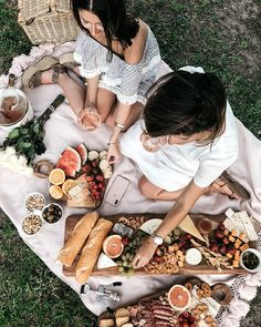 Summer Bucket List: Fun Things I Want To Do This Summer summer picnic spread, cheese and crackers, fruit and rose Picnic Date, Beach Picnic, Summer Picnic, Beach Bbq, Summer Fun, Summer Aesthetic, Aesthetic Food, Picnic Photography, Romantic Picnics