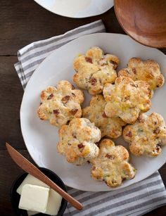 A great recipe for how to make your own scones. Bacon gruyere and green onion scones. Rich, salty, buttery, flaky, these savory scones are sure to please any crowd! Brunch Recipes, Breakfast Recipes, Scone Recipes, Breakfast Scones, Breakfast Cups, Breakfast Ideas, Savory Scones, Cheese Scones, Gruyere Cheese
