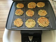 Medvehagymás sajtos tallér! Húsvétra most a sajtos tallért medvehagymával ízesítettem. Nagyon, de nagyon finom lett. Waffle Iron, Waffles, Kitchen Appliances, Breakfast, Food, Diy Kitchen Appliances, Morning Coffee, Home Appliances, Belgian Waffle Iron