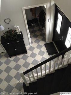 Hall med schackrutigt golv i grått