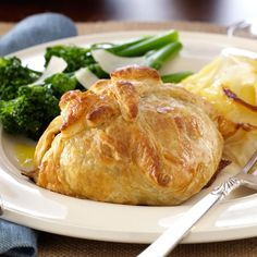 Classic Beef Wellingtons Recipe -Perfect for holidays, this beef wellington is also impressively easy. Find ready-made puff pastry sheets in the frozen food section. Beef Dishes, Food Dishes, Main Dishes, Meat Recipes, Cooking Recipes, Sirloin Recipes, Fancy Recipes, Fancy Dinner Recipes, Kabob Recipes