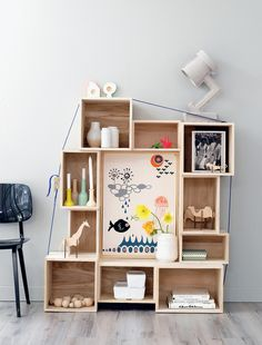 Boxes shelve. Loving the addition of a frame picture in the middle. #kids #decor