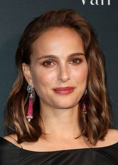 Medium length hair is more popular than ever. Let these 50 celebrity looks inspire your medium length hairstyle. Cute Medium Length Hairstyles, Funky Hairstyles, Medium Hair Styles, Straight Hairstyles, Bump Hairstyles, Rose Byrne Style, Bombshell Curls, Beauty And Fashion, Natalie Portman
