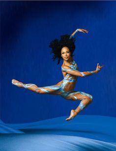 Das berühmte Alvin-Ailey-Tanztheater ist wieder auf Deutschlandtour. Bilder eines Tanzes, der die Zuschauer mitreißt in eine großartige Bewegung.