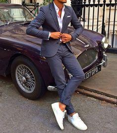 メンズコーデ特集!大人の余裕が漂う瀟洒な着こなし&アイテム紹介 Costume bleu porté de manière casual chic avec une chemise et des baskets blanchesCostume bleu porté de manière casual chic avec une chemise et des baskets blanches Sharp Dressed Man, Well Dressed Men, Mode Masculine, Stylish Men, Men Casual, Smart Casual, Casual Suit, Mode Man, Herren Style