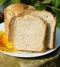 Momentálně náš nejoblíbenější chleba z domácí pekárny. Díky kvásku a jogurtu má příjemnou chuť, vydrží dlouho vláčný a nedrobí se. Je nadýchaný, ale ne přespříliš. Suroviny: 100 g bílého jogurtu 270 g vody lžíce oleje 2 lžičky drceného kmínu 2 rovné lžičky soli 150 g žitné chlebové mouky 50 g hladké mouky 300 g pšeničné… Banana Bread, Menu, Food, Diet, Menu Board Design, Essen, Meals, Yemek, Eten
