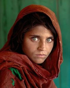 El fotógrafo de la niña afgana de 'National Geographic' se compromete a ayudarla