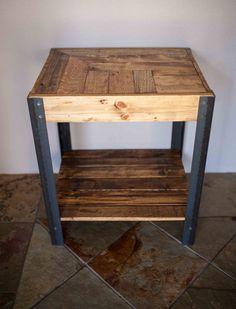 Hand made côté table créée sur repurposed bois de palette et pieds en métal. Le bois est légèrement sablé, très lisse au toucher, mais les