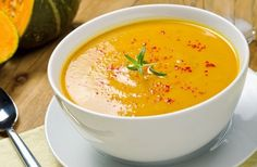 Warm spices and naturally sweet butternut squash make this soup the quintessential comforting fall appetizer. Sopa Detox, Detox Soup, Sweet Potato Soup, Sweet Potato Recipes, Detox Thermomix, Peanut Soup Recipe, Chorizo Soup, Soup Recipes, Cooking Recipes