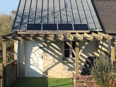 Pour sa maison située en Ile-et-Vilaine, Sébastien a installé son kit solaire Beem sur sa pergola ! Pergola, Kit, Solar, Home, Outdoor Pergola