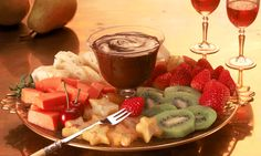 Fondue de chocolate Healthy Food Quotes, Sleepover Food, Candy Drinks, Dessert For Two, Veg Dishes, Easy Party Food, Tasty, Yummy Food, Classic Desserts